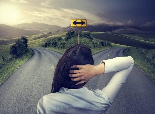 femme ayant besoin de l'opinion des autres pour choisir sa direction
