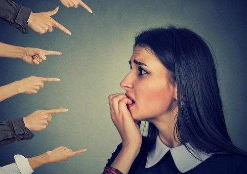 Accordez-vous trop d'importance aux opinions des autres ?