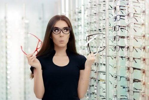 femme ayant besoin de l'opinion des autres pour choisir ses lunettes