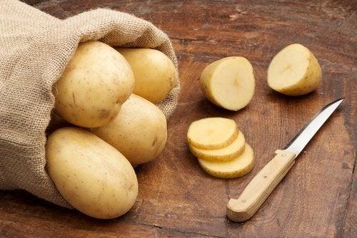 Les pommes de terre peuvent aider à éclaircir les aisselles.