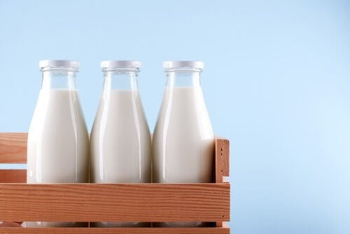 bouteilles de lait dans une caisse