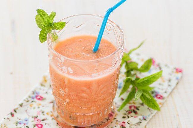jus d'ananas, de fraise et de concombre pour désenflammer le ventre
