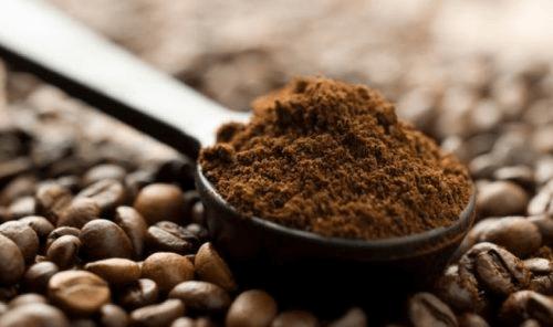 marc de café pour éviter l'apparition prématurée des cheveux blancs