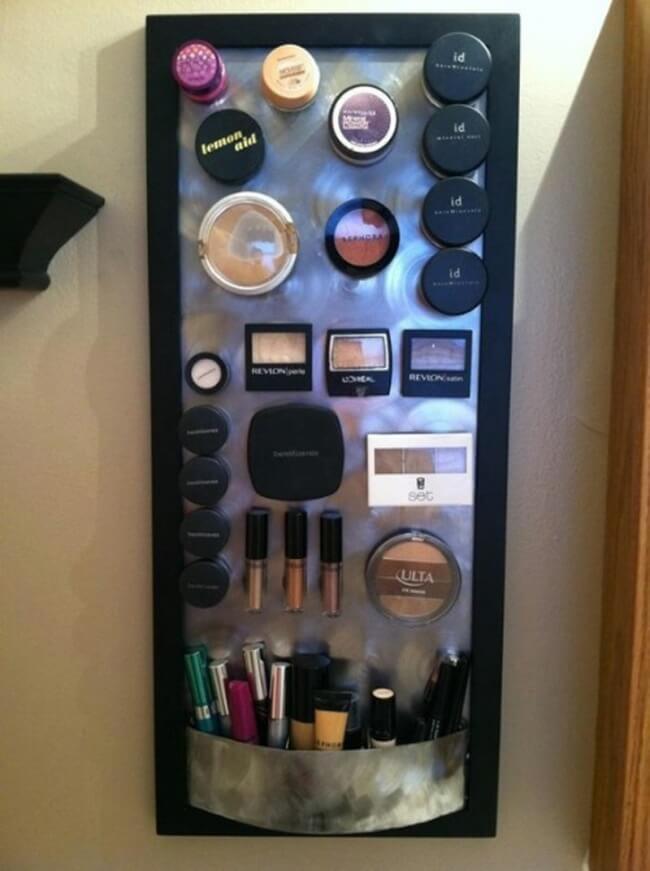 ranger le maquillage sur un plateau pour ranger votre maison