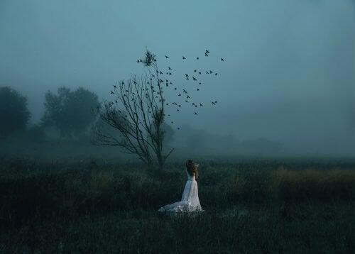 laisser partir femme seule avec oiseaux qui s'envolent