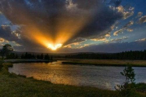 soleil qui se couche en forme de coeur