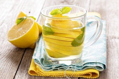 se débarrasser des ballonnements abdominaux en buvant de l'eau au citron