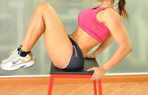 exercices avec chaise pour réduire la graisse abdominale genoux vers la poitrine
