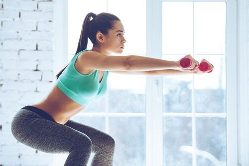 squats avec haltères pour augmenter le volume des fesses