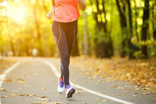 Soulager la douleur de genou en marchant.