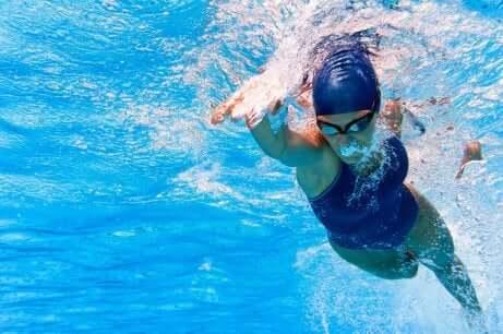 La natation est idéale si vos genoux vous font souffrir.