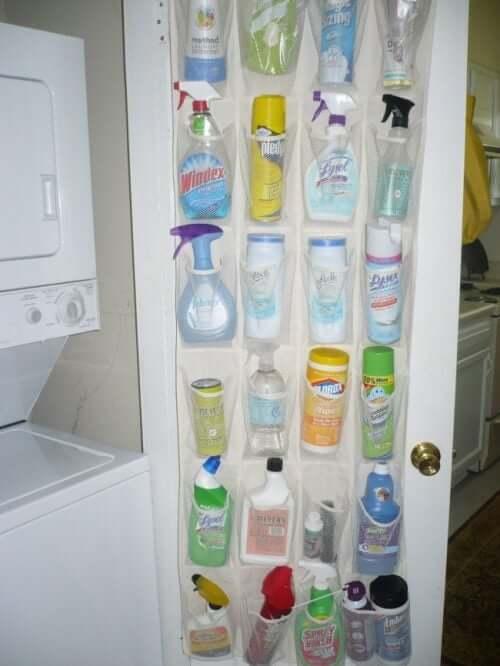 Pochettes de rangement pour les produits de nettoyage.