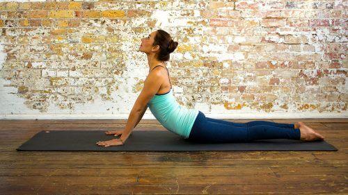 positions de yoga qui vous aident à avoir un ventre plus plat Bhujang-asana-