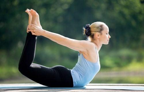 positions de yoga qui vous aident à avoir un ventre plus plat Dhanurasana