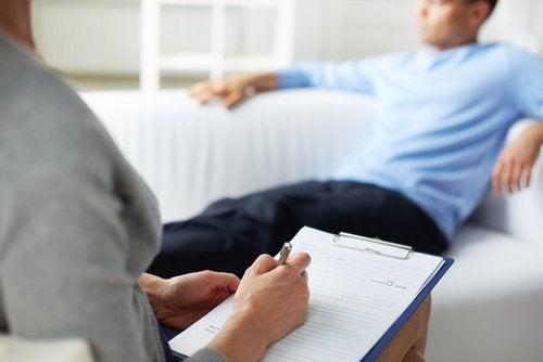 homme en consultation chez une psychologue