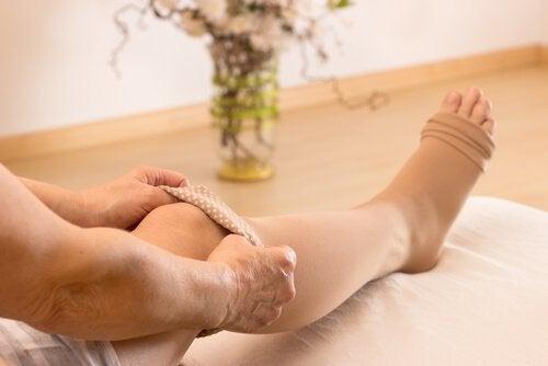 se débarrasser des ballonnements abdominaux avec un massage pour réduire la rétention de liquides