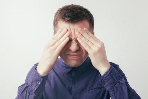 homme ayant mal à la tête