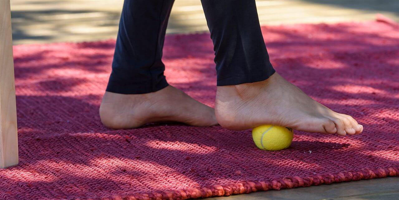 exercice de la balle pour traiter l'éperon calcanéen