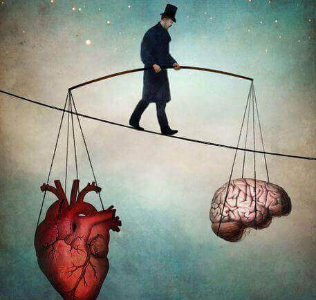 homme funambule tenant un coeur et un cerveau