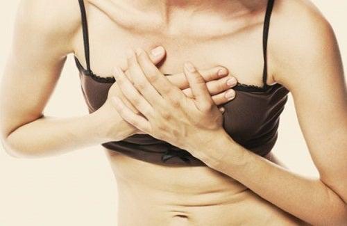 La douleur dans la poitrine est un signe de maladies cardiaques.