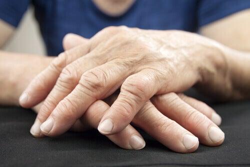 Les douleurs dans les articulations sont un signe de maladies cardiaques.