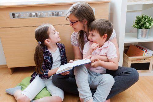 femme lisant avec ses enfants