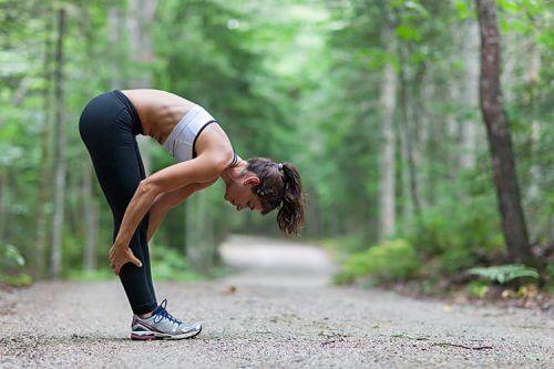 S'étirer avant de marcher pour perdre du poids.