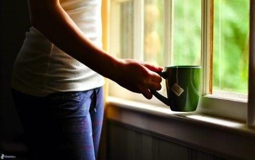 Femme qui boit une tasse de thé