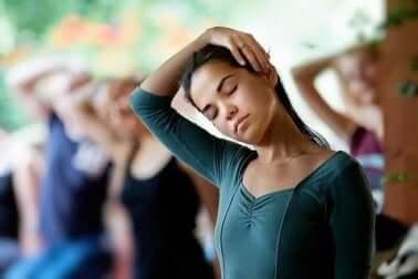 Flexions au niveau du cou pour renforcer les cervicales.