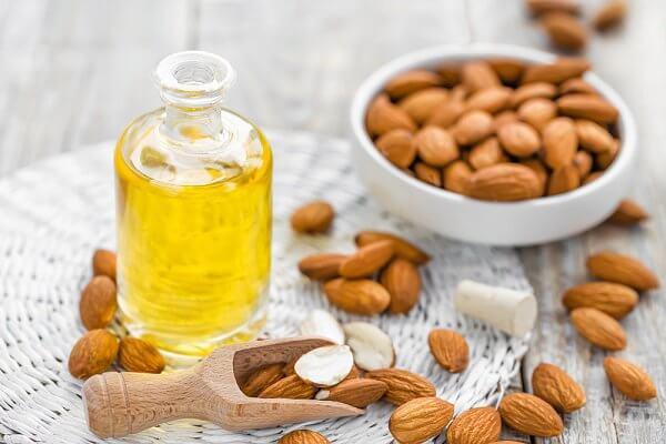 hydrater la peau sèche avec de l'huile d'amandes