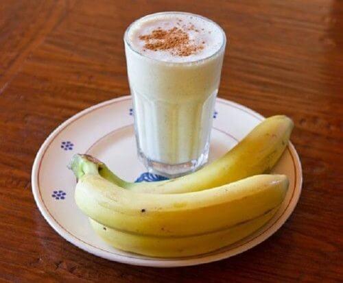 combattre l'insomnie avec ce smoothie à la banane, au yaourt et à la cannelle