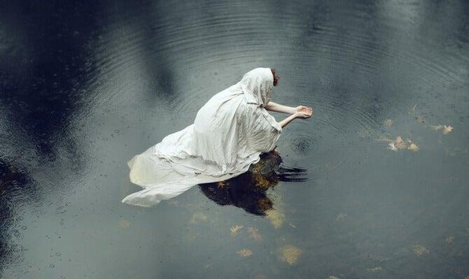 mendiant dans un drap blanc dans l'eau