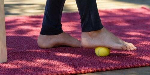 Un pied sur une balle de tennis
