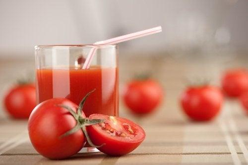 Éliminez les toxines une fois par semaine avec ce jus de tomate, d'ail et de curcuma