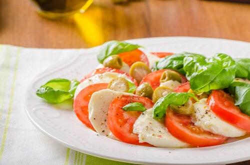 Salade saine à la tomate.