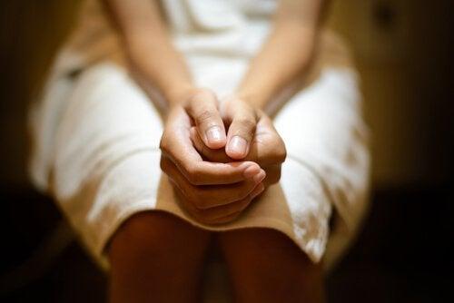 femme aux mains jointes