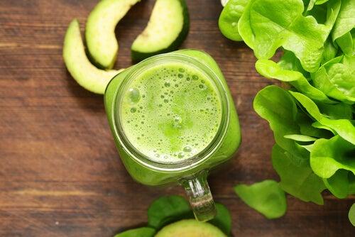 Les jus verts : alliés de votre santé capillaire