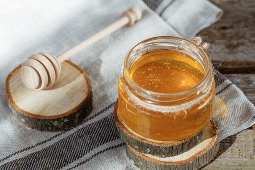 Le miel : un remède naturel contre les démangeaisons de la gorge.