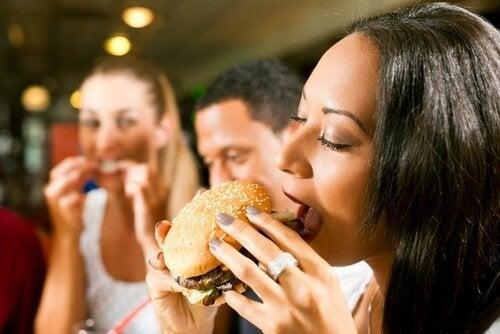 Remplacez simplement ces 8 aliments et vous enlèverez 500 calories à votre consommation quotidienne