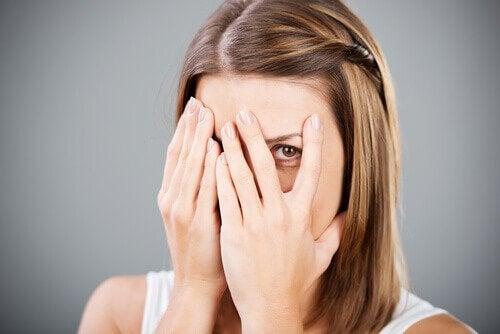 Femme qui se cache les yeux