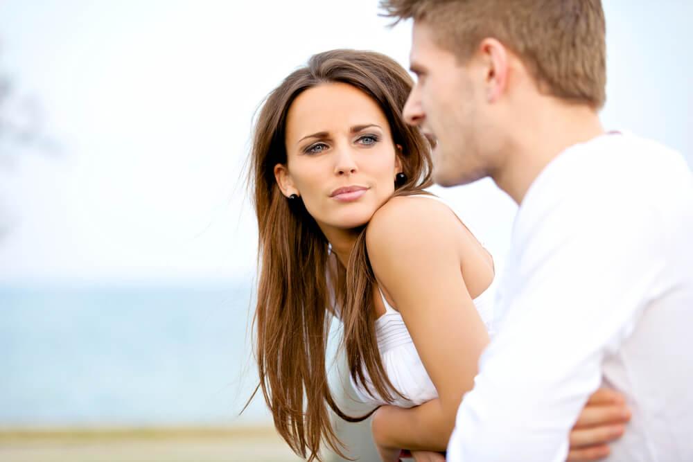 Un couple heureux qui se parle et qui gère les conflits.