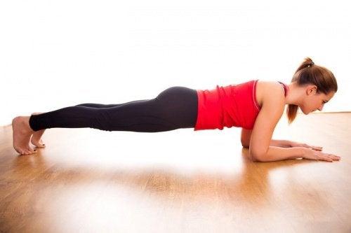 Planche abdominale avec les avant-bras pour tonifier votre abdomen.