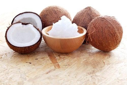 Traitement au miel et à l'huile de coco pour de belles boucles