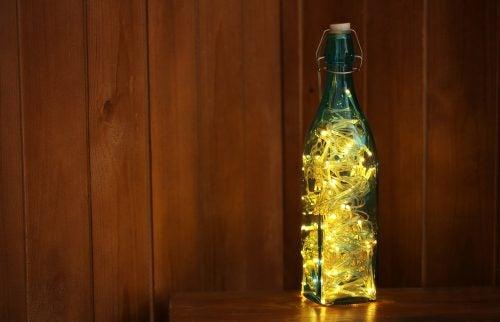 une bouteille avec une guirlande en guise de lampe