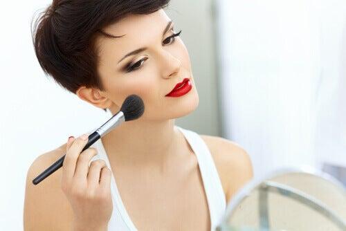 Ajouter du bronzer et du blush pour la peau pâle.