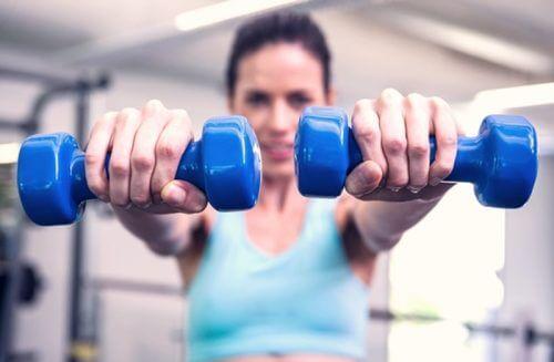 les haltères pour renforcer la poitrine