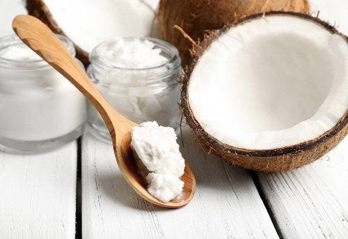 L'huile de noix de coco pour la santé de vos cils.