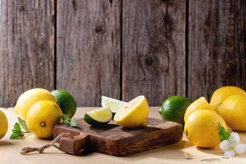 le citron élimine les odeurs des planches à découper