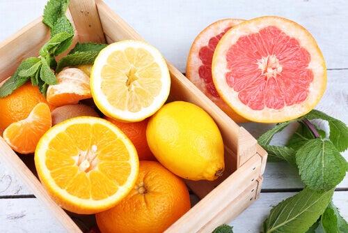 Des citrons, des oranges et un pamplemousse