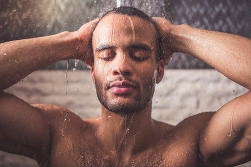 Prenez une douche chaude pour réduire les douleurs de cou